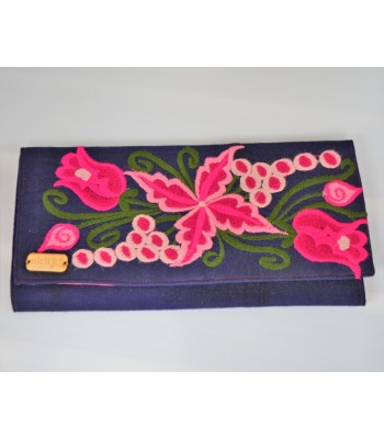 Nich women's acrylic wallet with a hand embroidered floral design from Zinacantán, Chiapas.