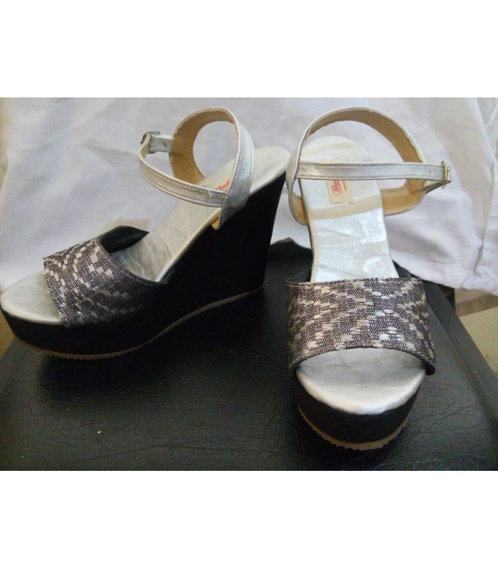 Comitán wedge sandals in silver. Size 7.
