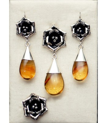 Gallic rose, set of earrings, ring and pin in silver and amber.